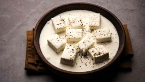 Paneer Kalimirch in a wooden bowl and placed in a wooden table